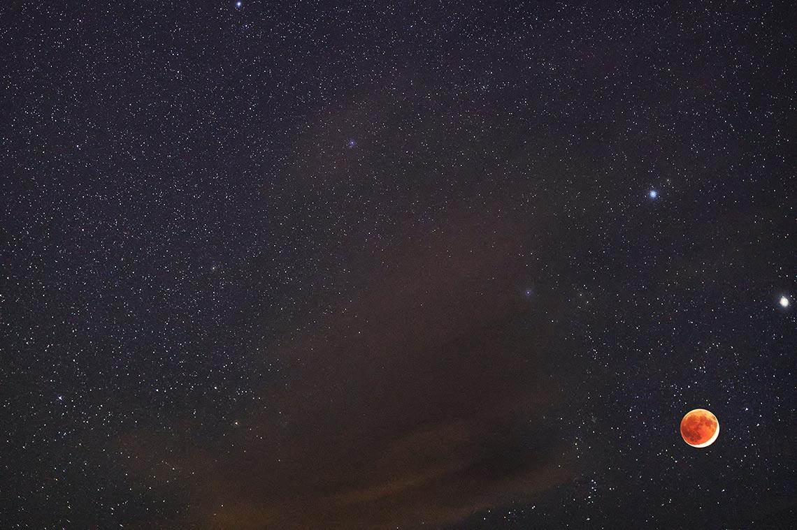 Кровавая Луна и Венера в небе Приморья (фотография со звёздным небом и облаками, бесплатный фон для смартфона)