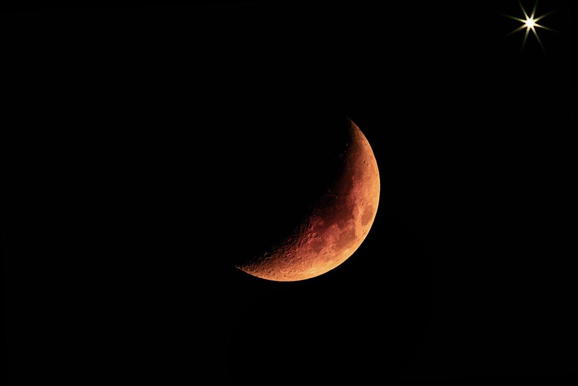 Кровавый серп Луны и яркая Венера на ночном беззвёздном небе, фон для рабочего стола, смартфона или телефона, автор - Tengyart
