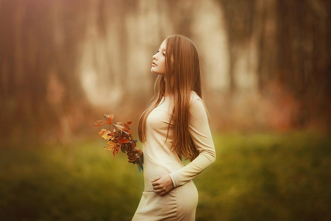 Фото девушки на фоне размытого осеннего леса (пример съёмки на Canon 60D и обсуждение, чем отличается полный кадр от кропа). Фотограф Олег Мороз (Tengyart)