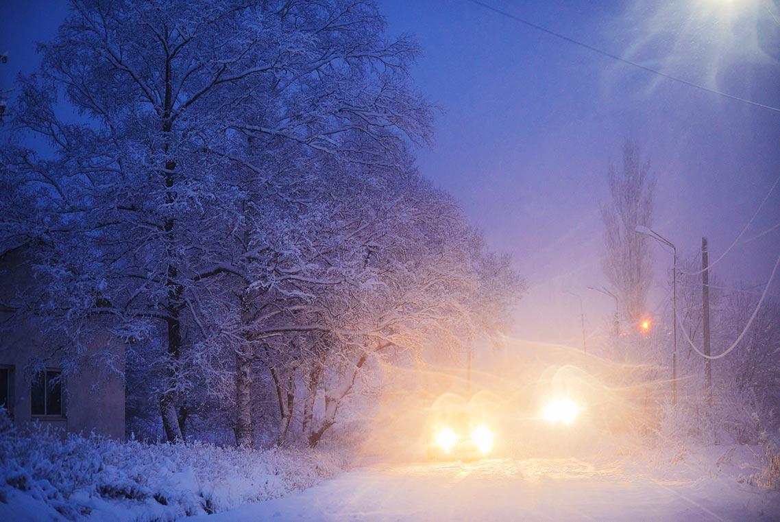 Пример рассеянного свечения на фото, появившегося из-за влаги на объективе (один из советов по съёмке портретов и пейзажей в снегопад, шторм иили дождь)