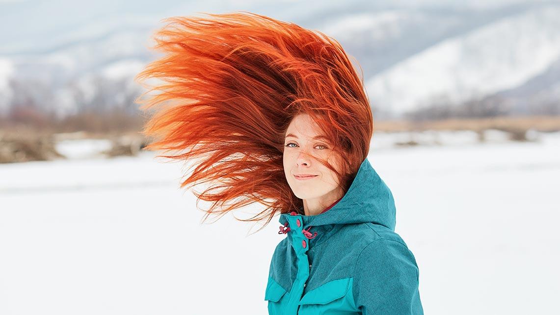 Фотография девушки с рыжими волосами, подброшенными в прыжке (идея для портретной зимней фотосессии, фотограф Олег Мороз - Tengyart)