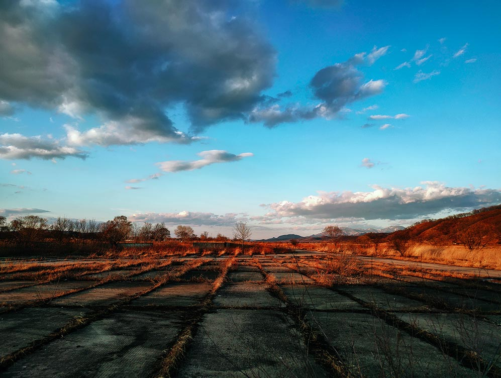 Фотография неба и пейзажа на фотосмартфон Realme XT (кадр с заьрошенной взлётно-посадочной полосой)