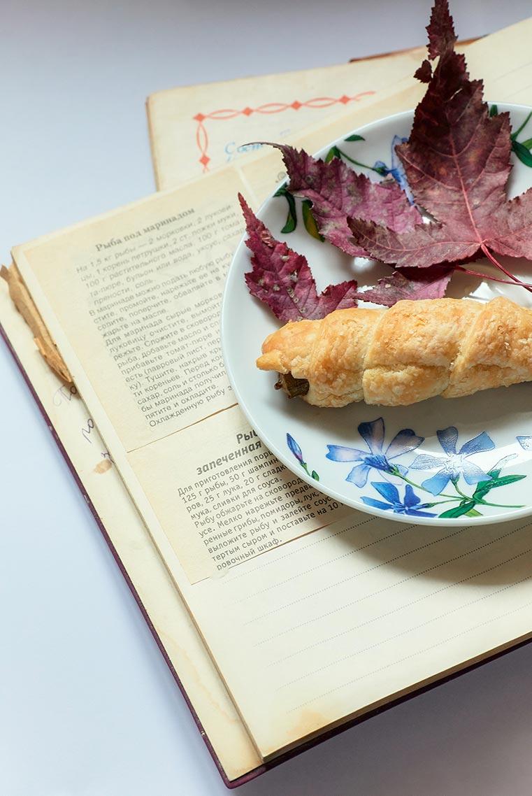 нарюрморт на дому - пример идеи для съёмки (рыба в тесте с книгой и кленовыми листьями), фотограф Олег Мороз (Tengyart)