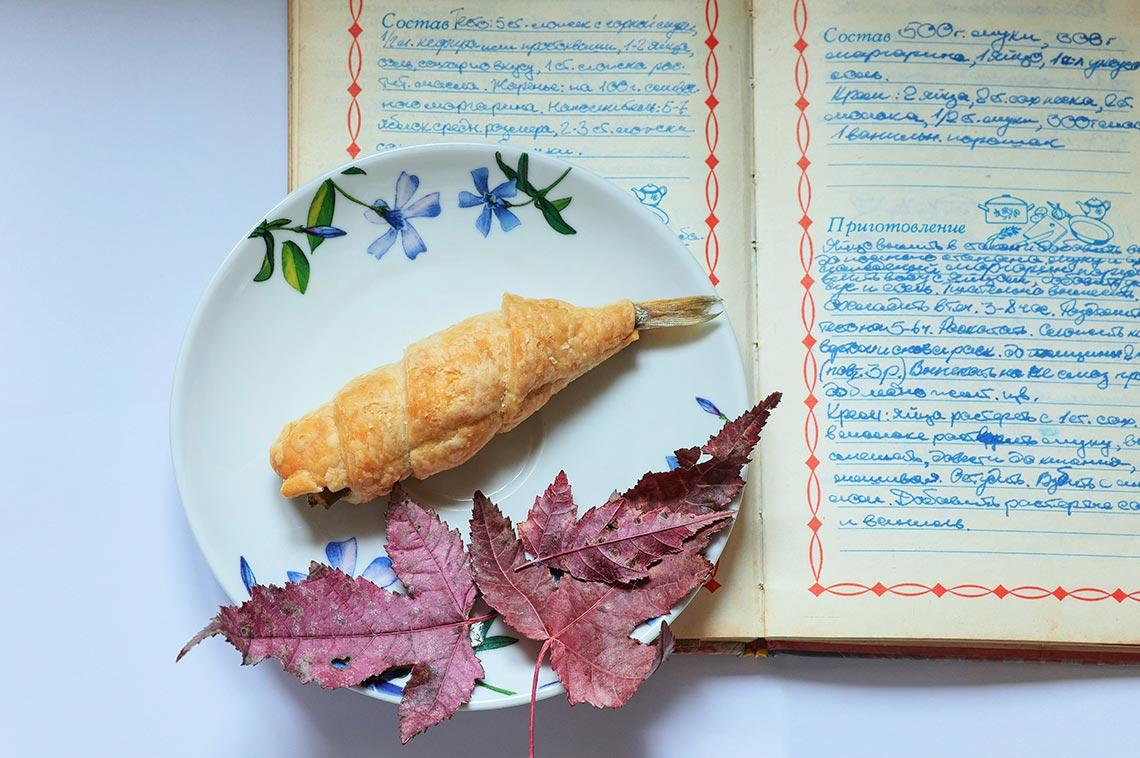 сельский натюрморт с рыбой и листьями (идея для съёмки на дому в период карантина)