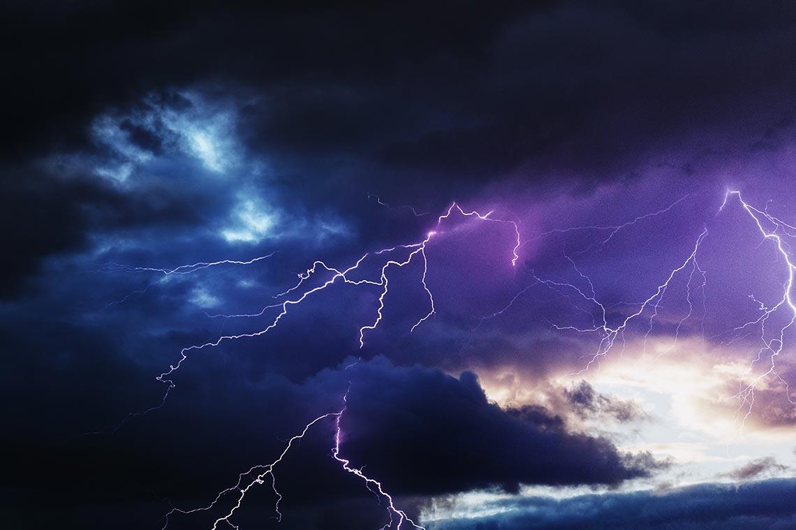 Как фотографировать молнии на улице и из окна в любое время суток (инструкция по съёмке, настройке камеры и обработке от фотографа Олега Мороза и блога Tengyart)