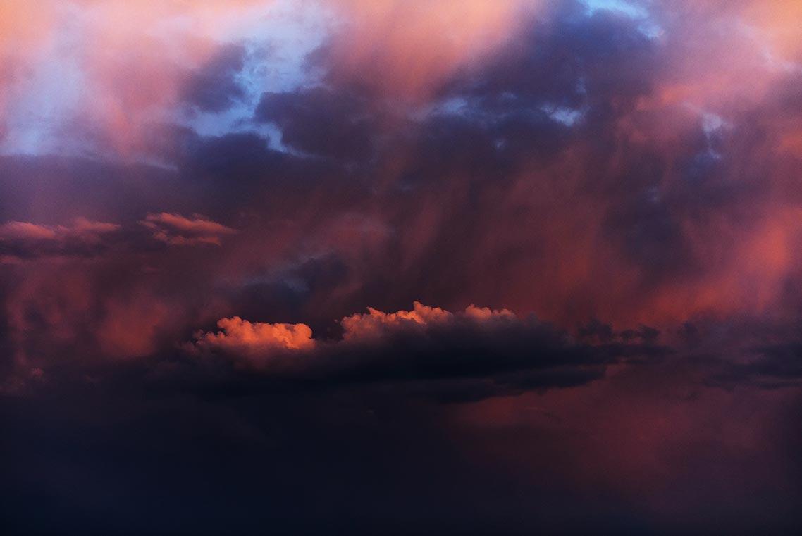 Красивый малиново-оранжевый закат на мрачном весеннем небе (фото на заставку смартфона или ПК)