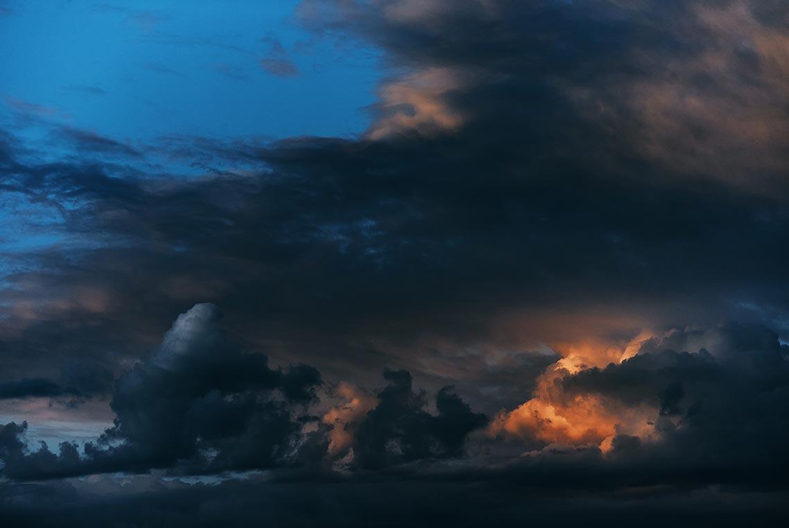 Мрачные серые, синие и тёмно-оранжевые облака (фон для рабочего стола и заставка с тучами для смартфона)