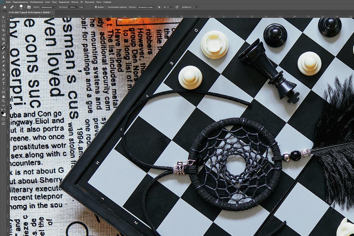 Шахматная доска с ловцом снов - фон после удаления белых точек в фотошопе