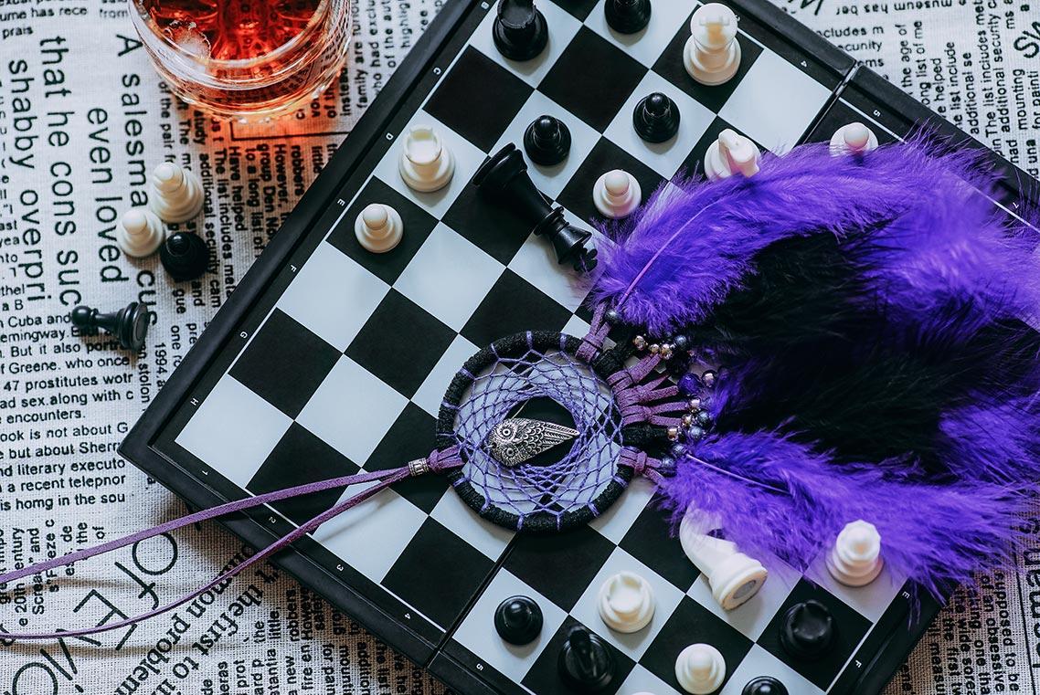 шахматная доска с ловцом снов (натюрморт, фон для рабочего стола). Автор - фотограф Олег Мороз (Tengyart)