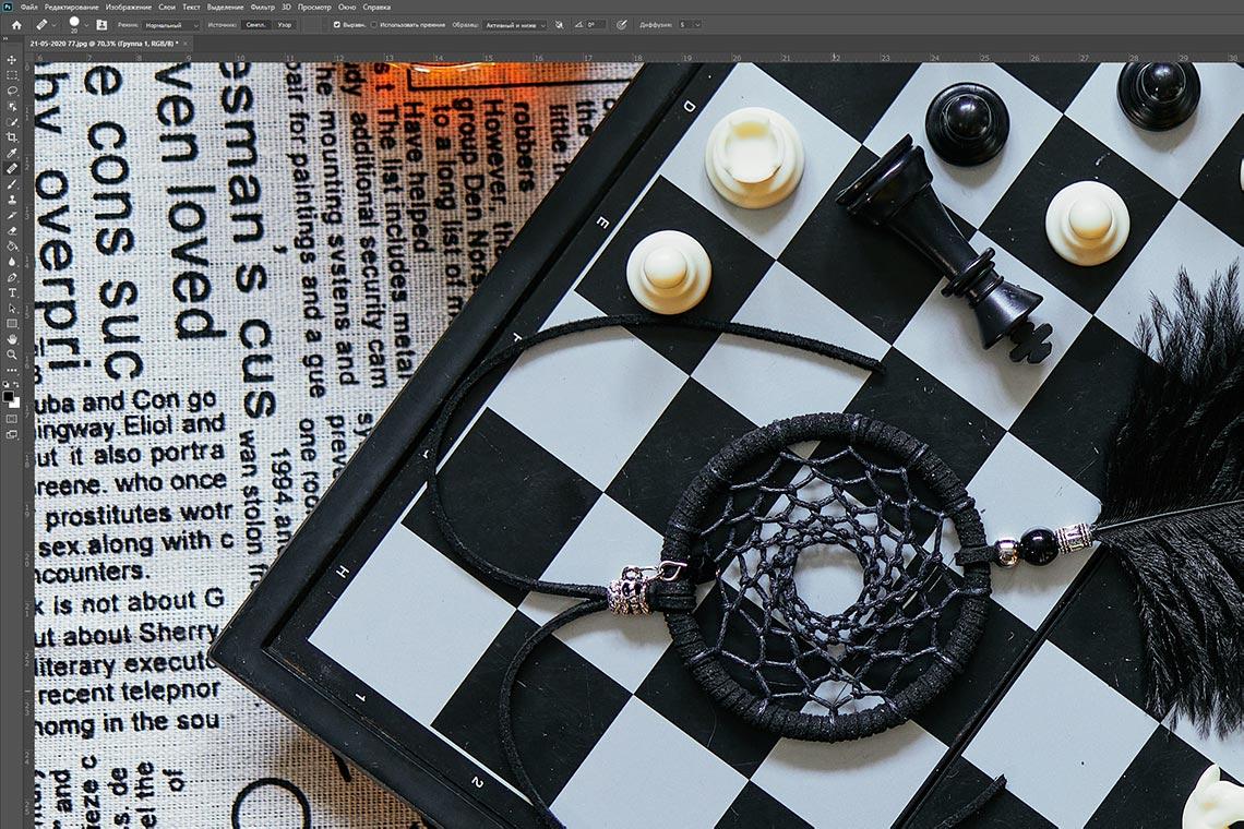 шахматная доска с белыми точками и с чёрным ловцом снов - заготовка для очистки фона