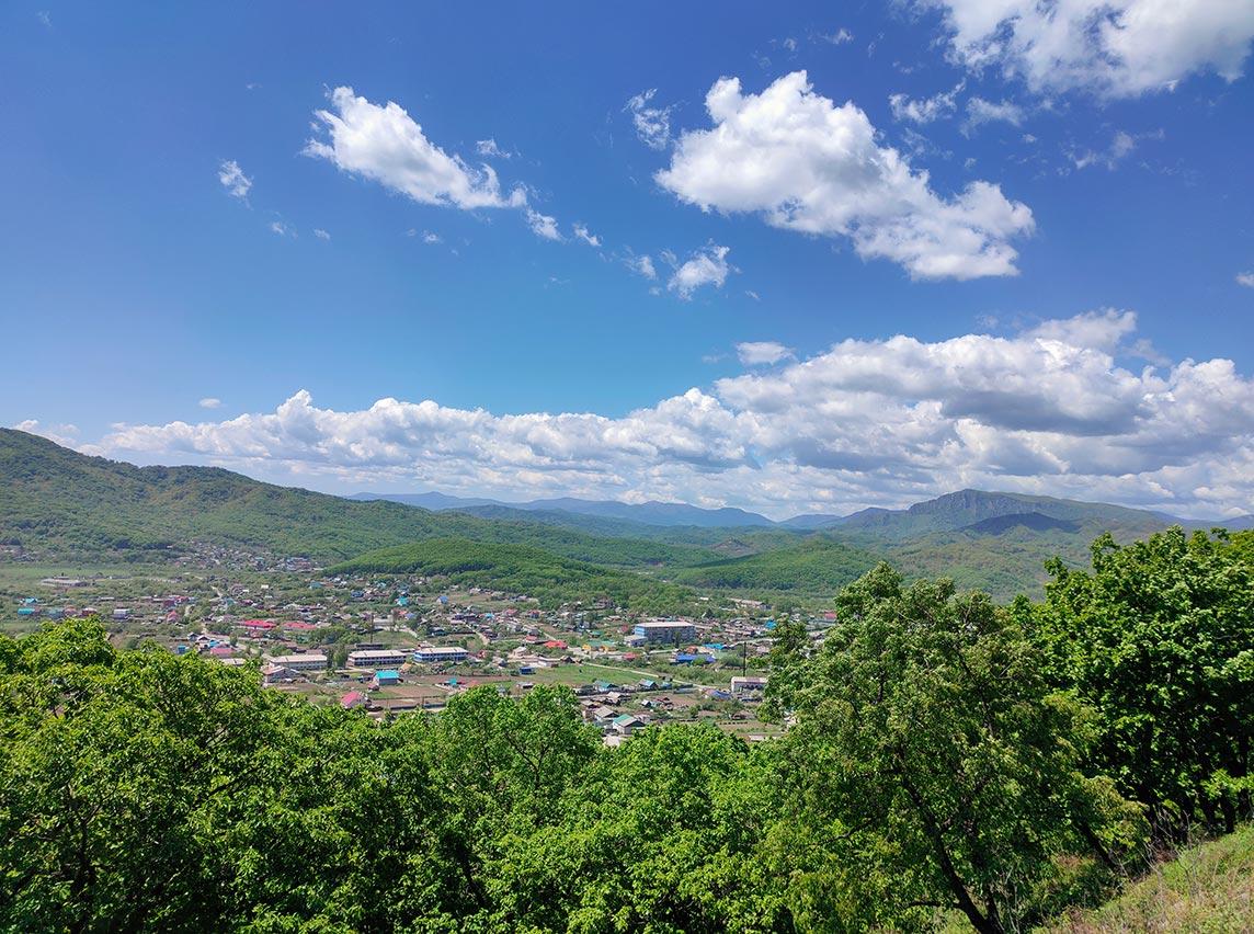 Вид на село Екатериновка и хребет Лозовый (Чандалаз), фото со смартфона Realme XT