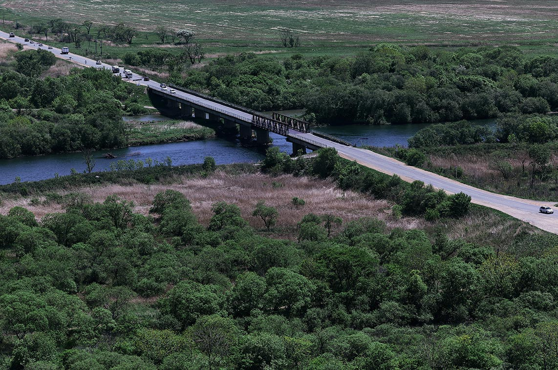 Екатериновский массив - вид на мост и реку Сучан (фотография в высоком разрешении)