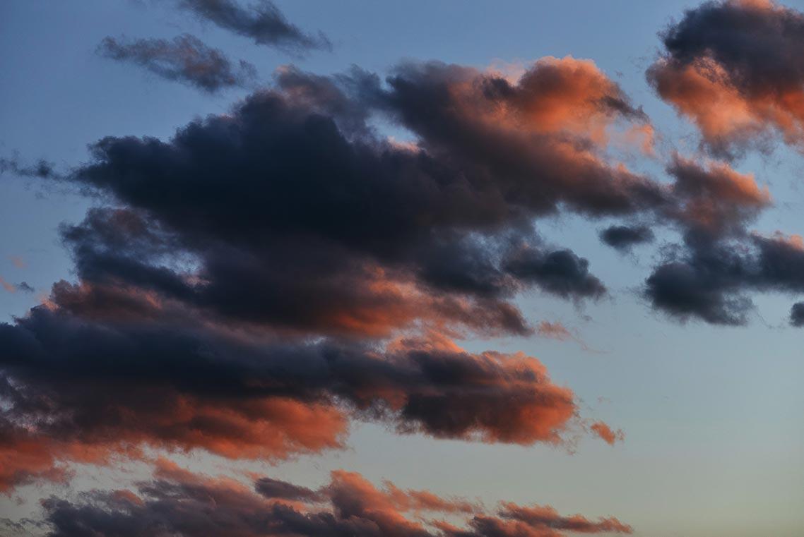 Закатное небо с нежными серо-алыми и оранжевыми облаками (отличный бесплатный фон для смартфона)