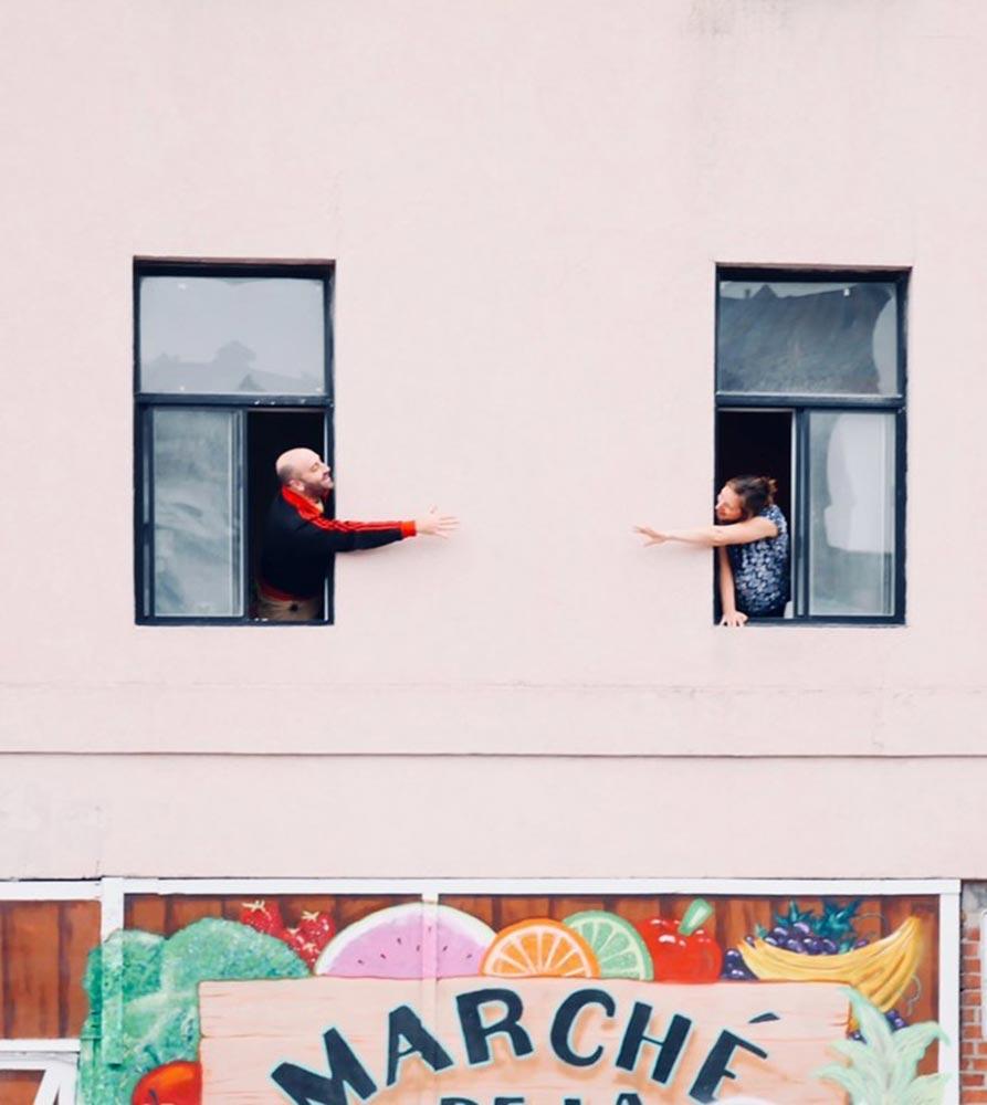 Коронавирус разделяет людей стенами и порой эти стены вполне очевидны (фото из проекта Covid Street)