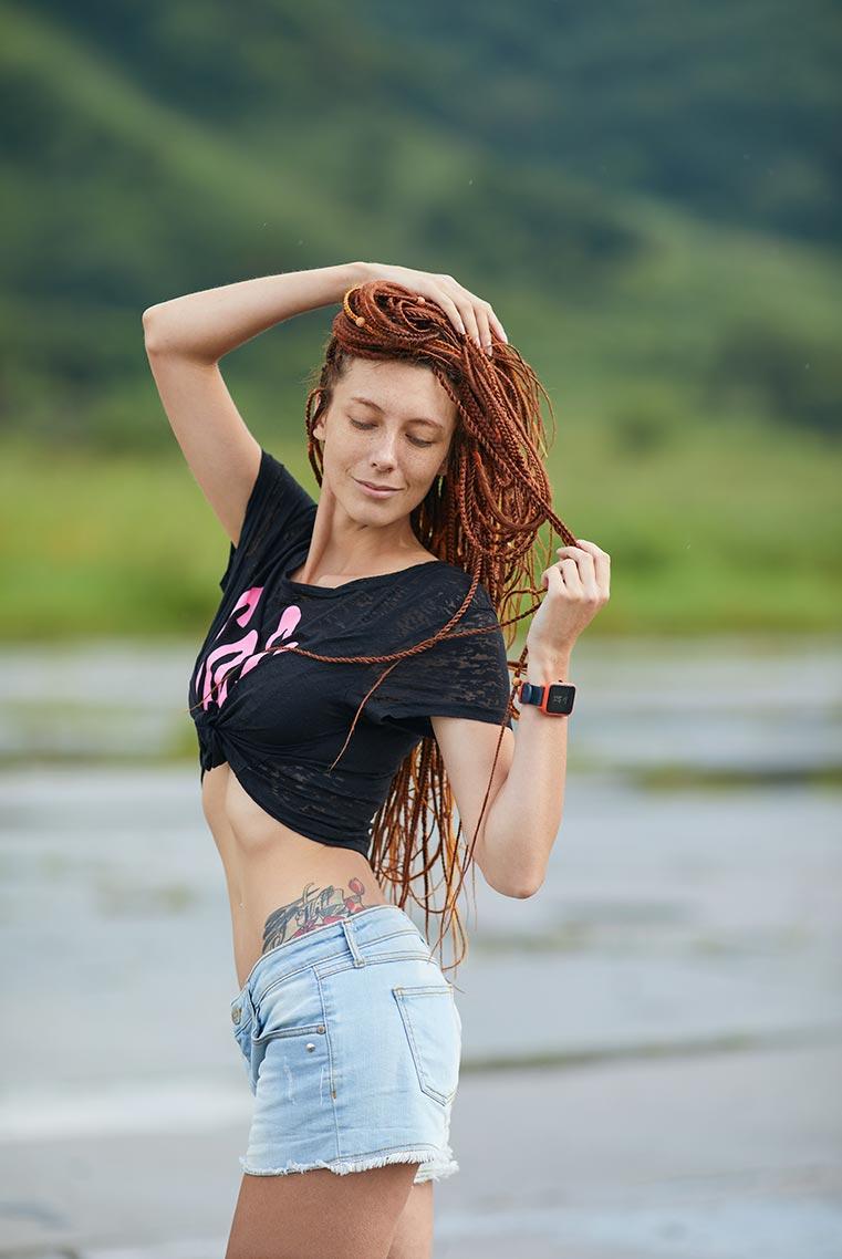 Красивая чувственная леди с рыжими дредами (бесплатная заставка для рабочего стола ПК или фон для смартфона с рыжей девушкой), фотограф Олег Мороз