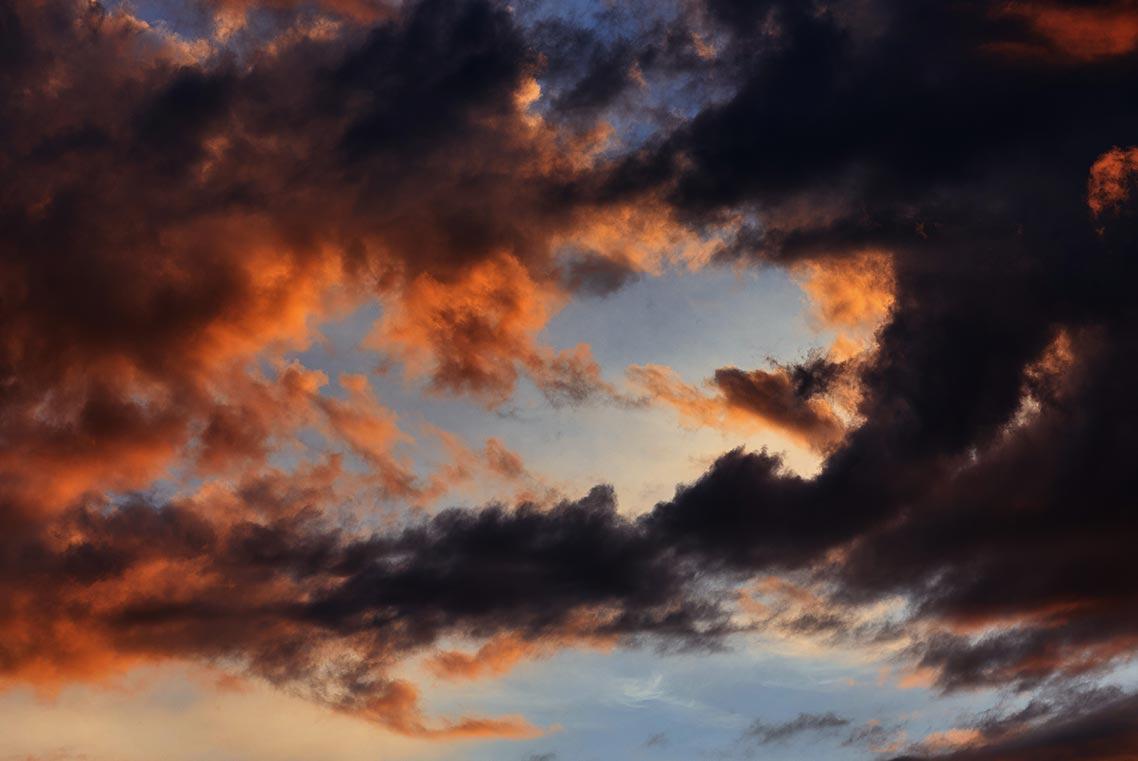 Красивый закат на море - задний фон для фейсбука, афиши, сайта или презентации с оранжевыми облаками