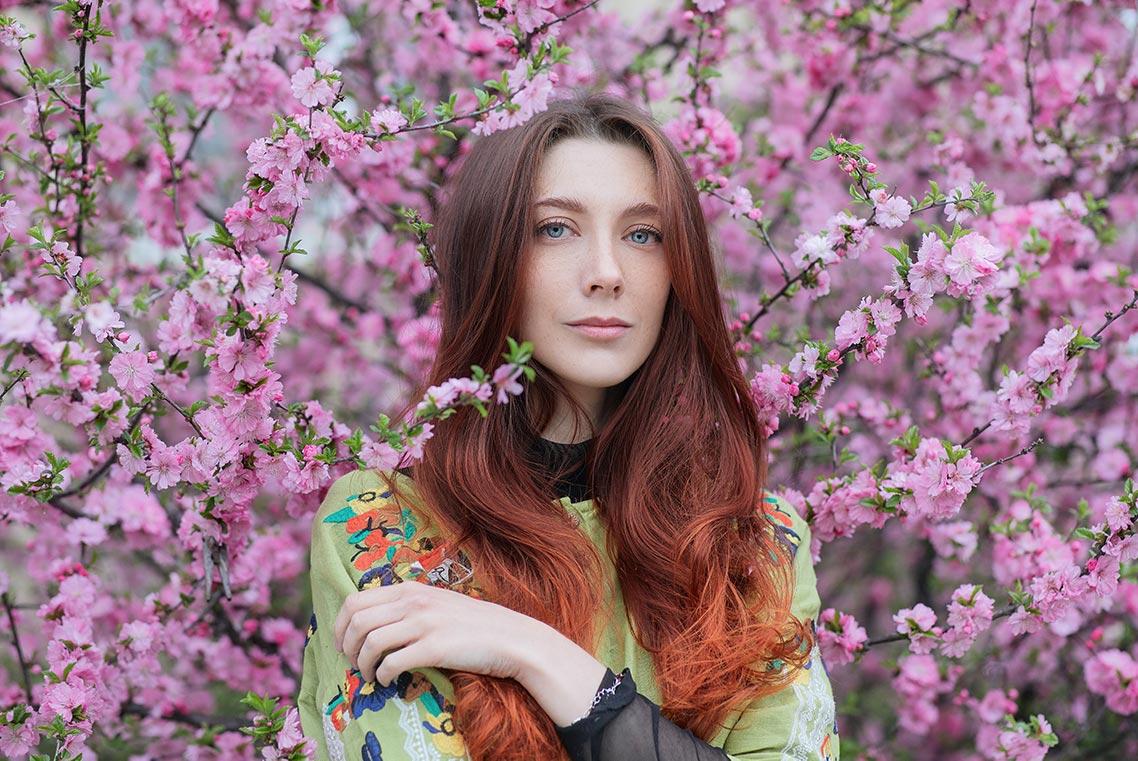 Портретная фотосессия с цветами в Золотой Долине и Лётном гарнизоне (Приморский край), пример фото девушки с красивыми длинными рыжими волосами