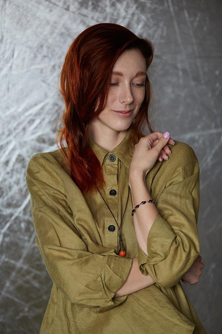 Портрет рыжей девушки на фоне отражателя, фотограф Tengyart