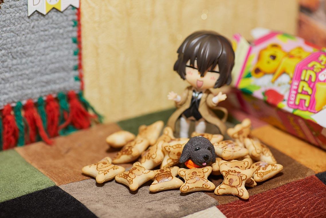 Размытая фигурка Осаму дадзая в печенье и в кукольном домике