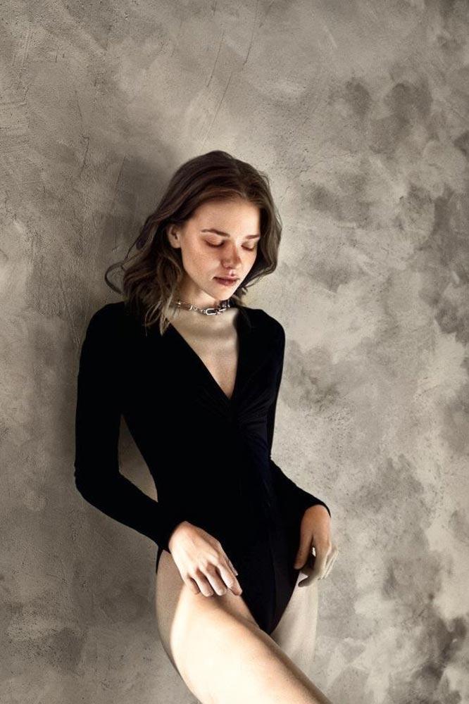Раскрашивание чёрно-белых фотографий с помощью нейросети (пример колоризированного фото девушки на фоне стены)