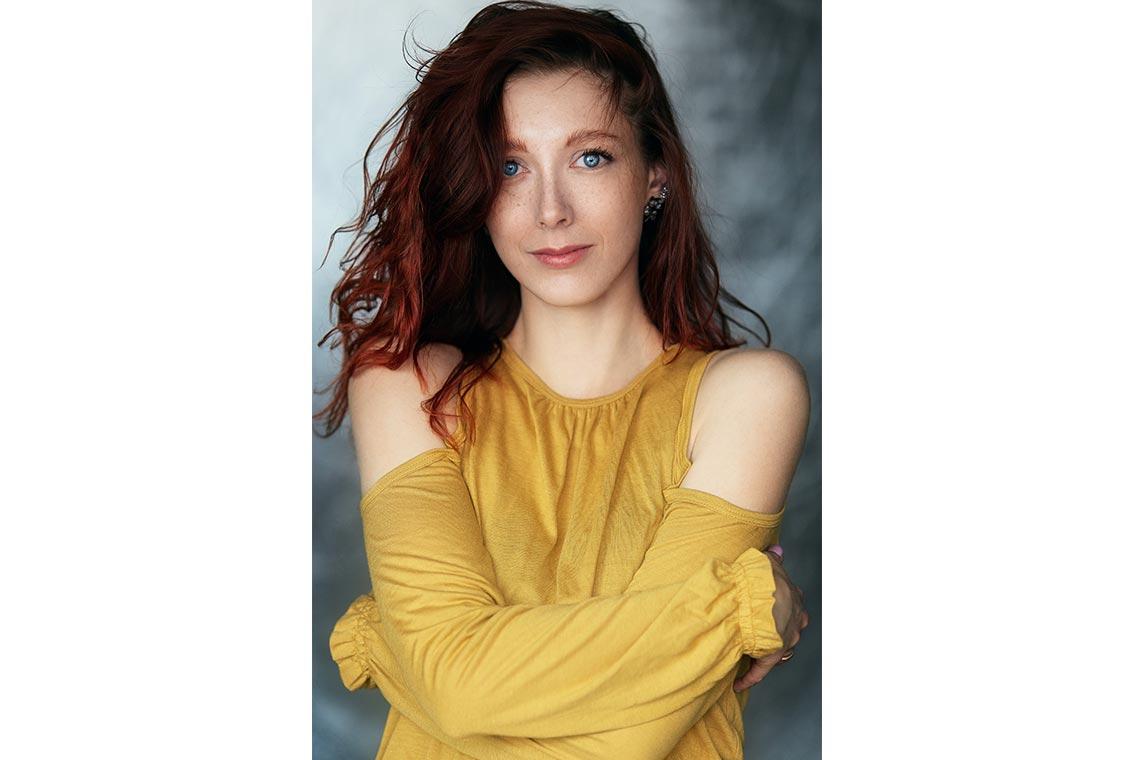 Создание, настройка и обработка фото с помощью соляризационной кривой в Adobe Photoshop. Портрет рыжей девушки с яркими голубыми глазами. Дляретуши использовал Solar Curve.