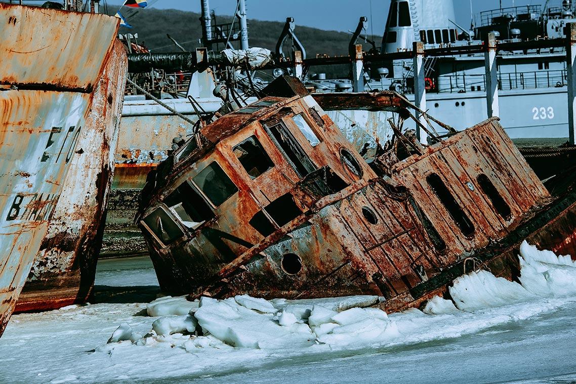 Фото ржавого судна на кладбище кораблей в приморье в высоком качестве