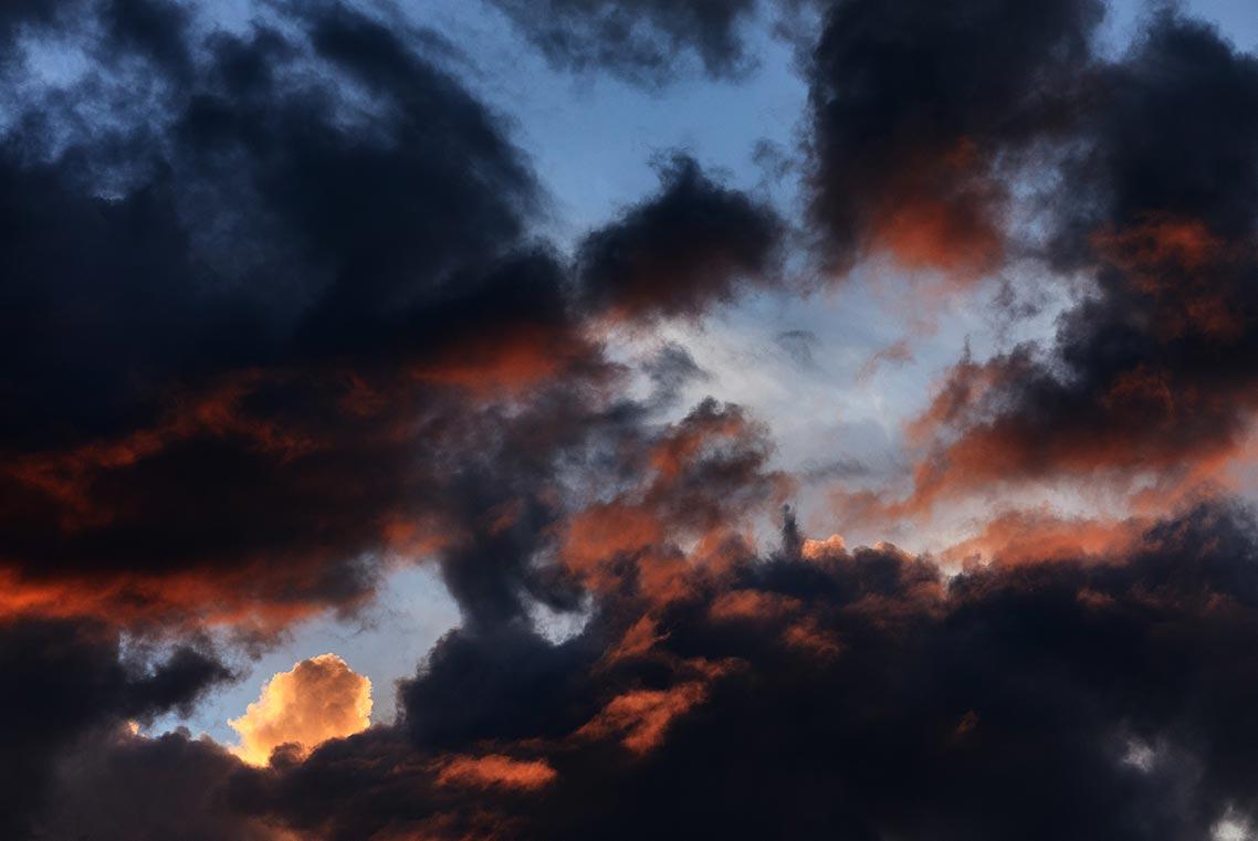 красивый мрачный закат - фото на заставку телефона (на картинке закатное небо и красно-синие облака)