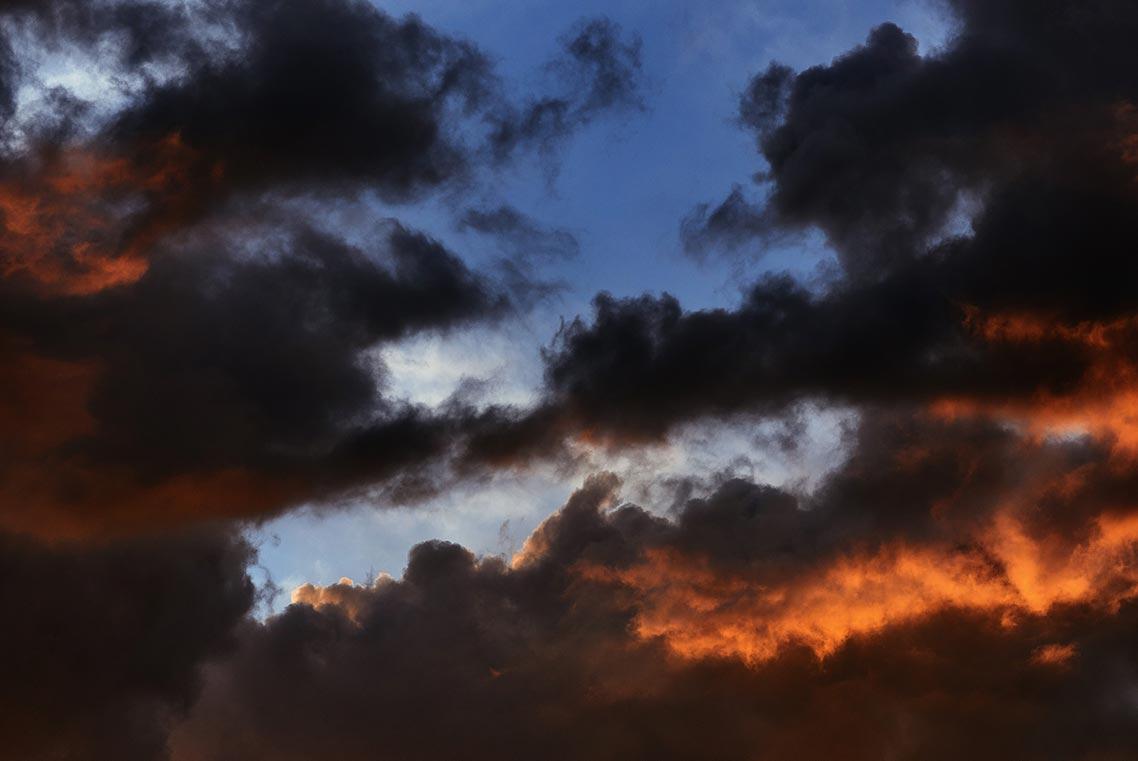 фон для обоев на телефон айфон и андроид с насыщенными закатными облаками скачать бесплатно