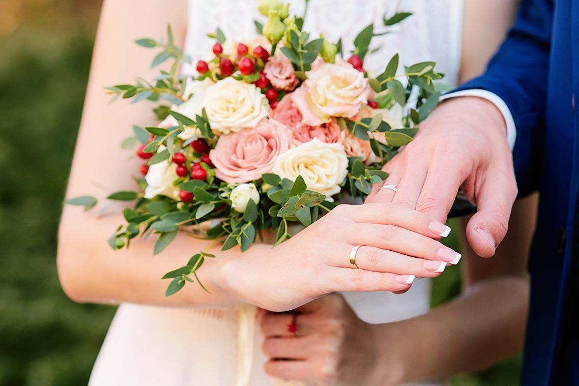 Идея для свадебной фотосессии с букетом цветов и руками (референс)