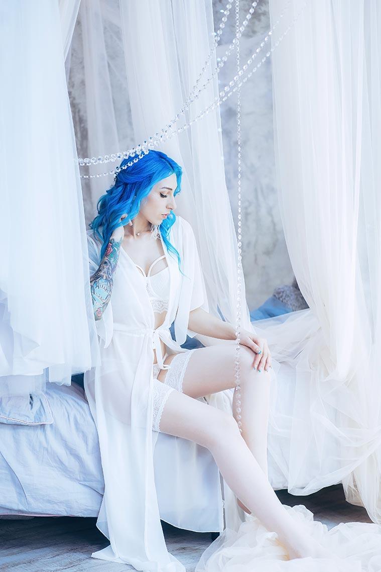 Предсвадебная студийная фотосессия в белье город Находка (фото девушки в светлом белье, белой накидке и чулках, с синими волосами и татуировками на коже)