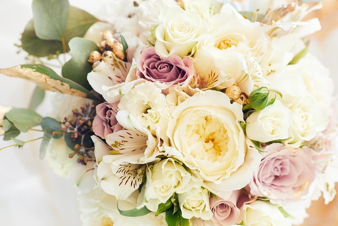 Букет невесты на размытом фоне