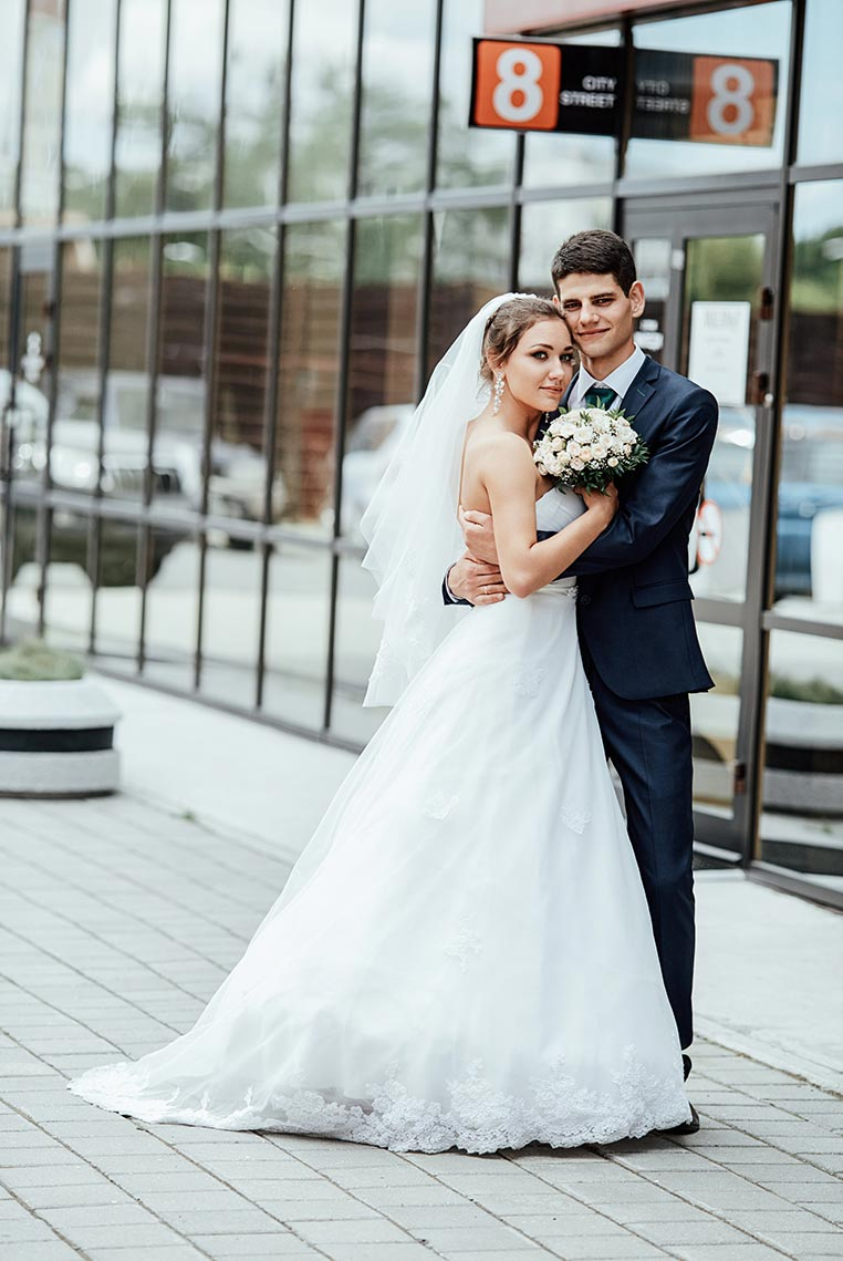 """Свадебный фотограф города Находка Tengyart - красивая съёмка с парой на """"Сити Центре"""" во время дождя"""