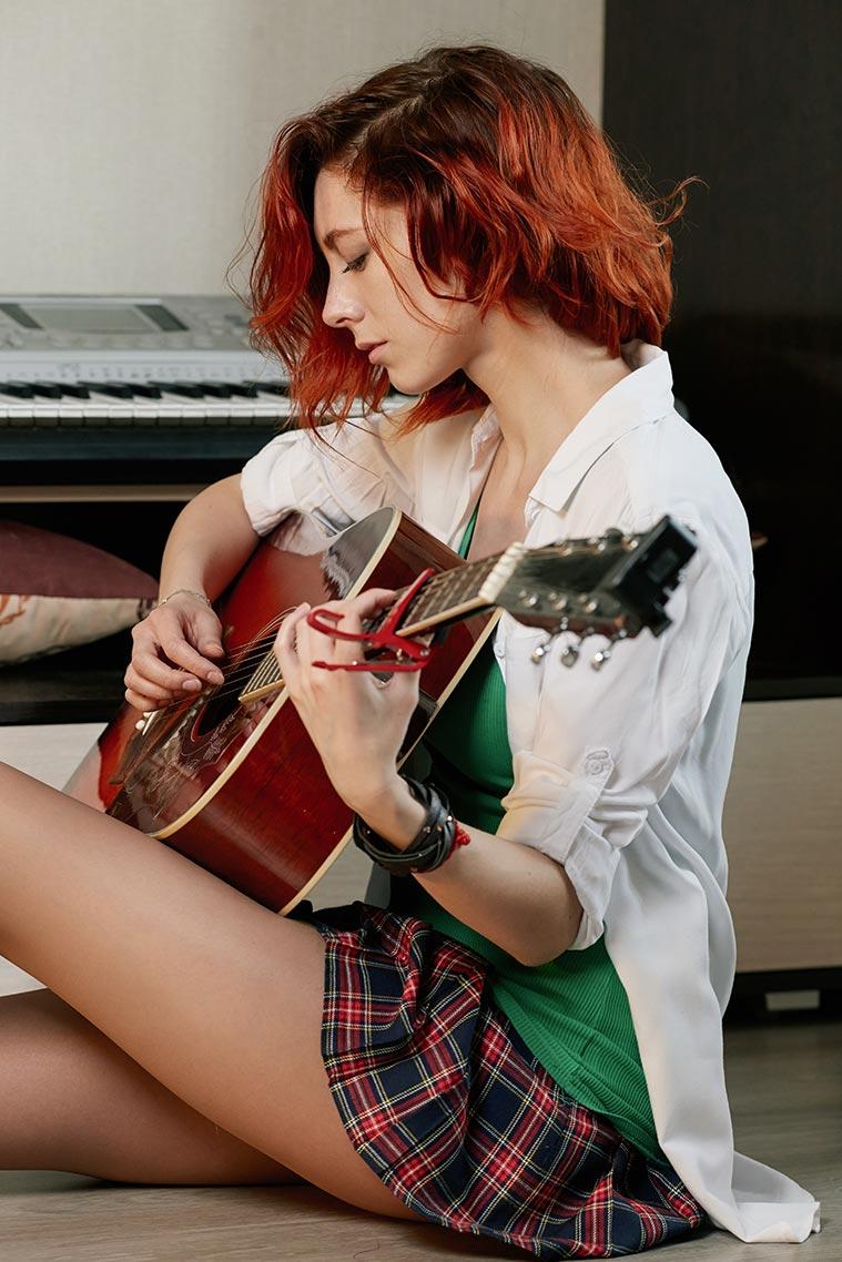 Фотография рыжей девушки с гитарой в руках (домашняя фотосессия)