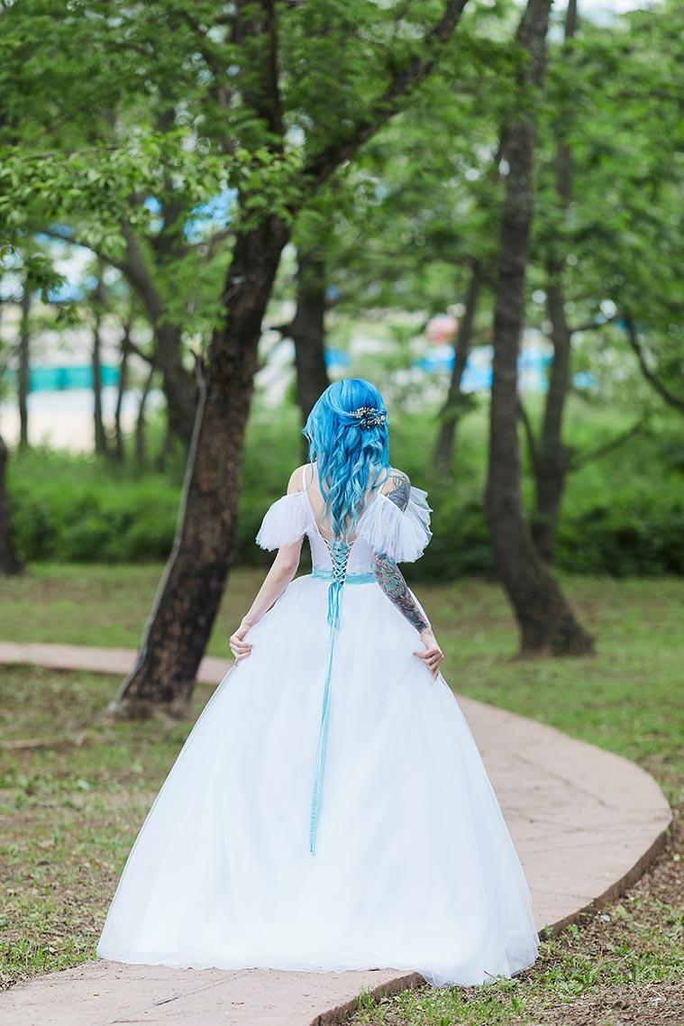 Фотопрогулка с невестой в длинном белом платье с синими волосами и татуировками на руках (город Находка)