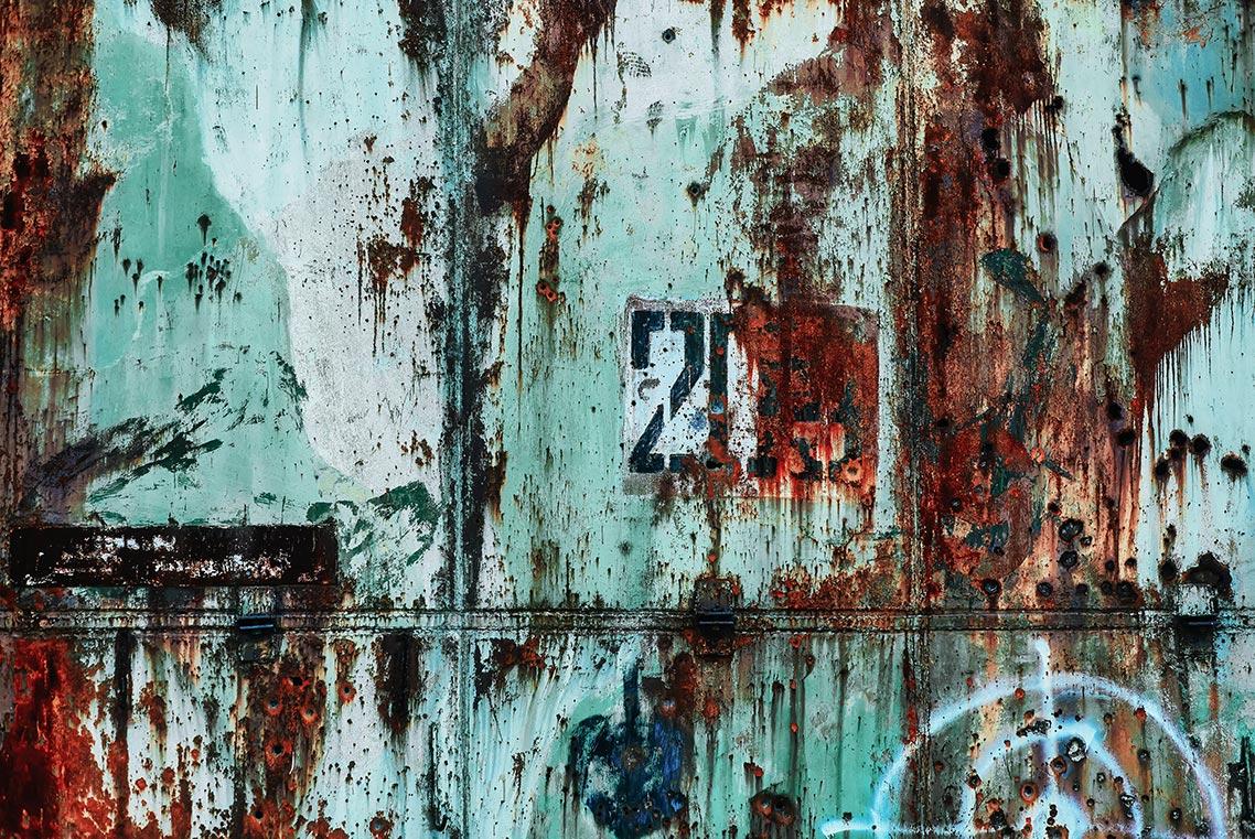 Гранжевая стена со следами от пуль и облупившейся краской (фон для рабочего стола 1140px)