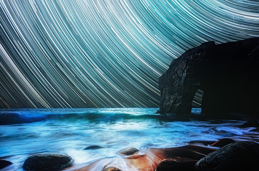 Звёздные треки и ночной морской пляж