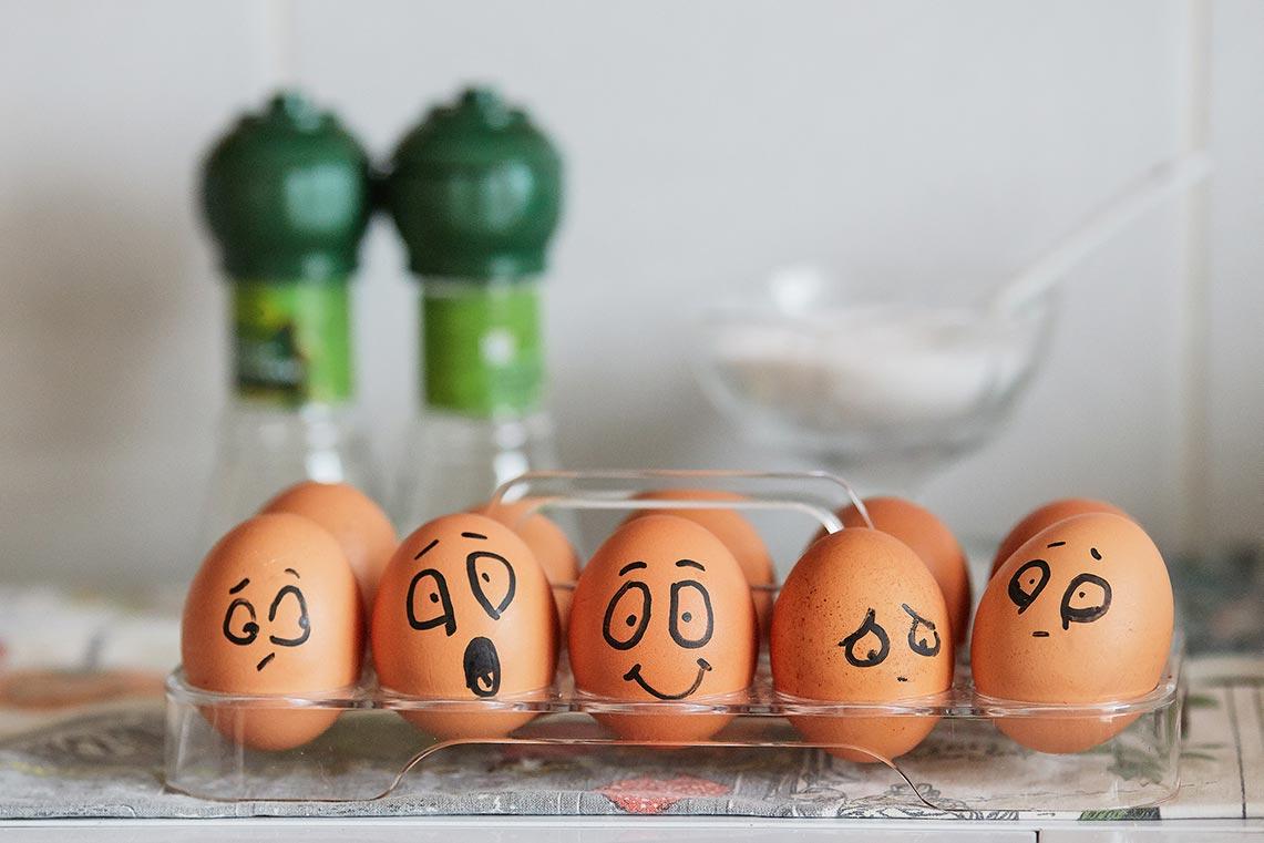 Фон с разрисованными куриными яйцами, выражающими спект эмоций (автор фото Tengyart)