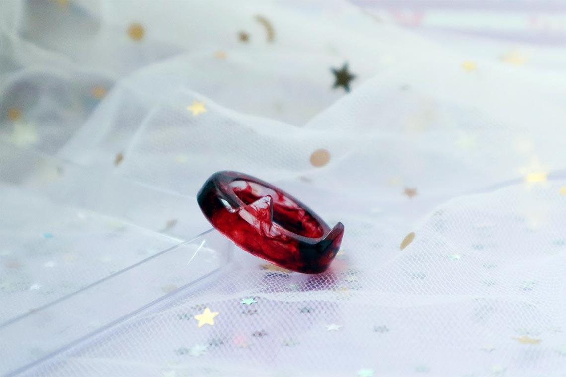 Алое кольцо из эпоксидной смолы с кошачьими ушками