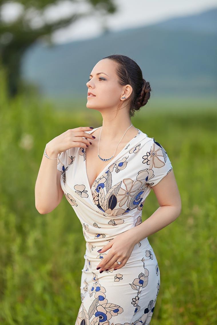 Идеи стильных поз на фоне леса или поля от фотографа Олега Мороза (Находка)