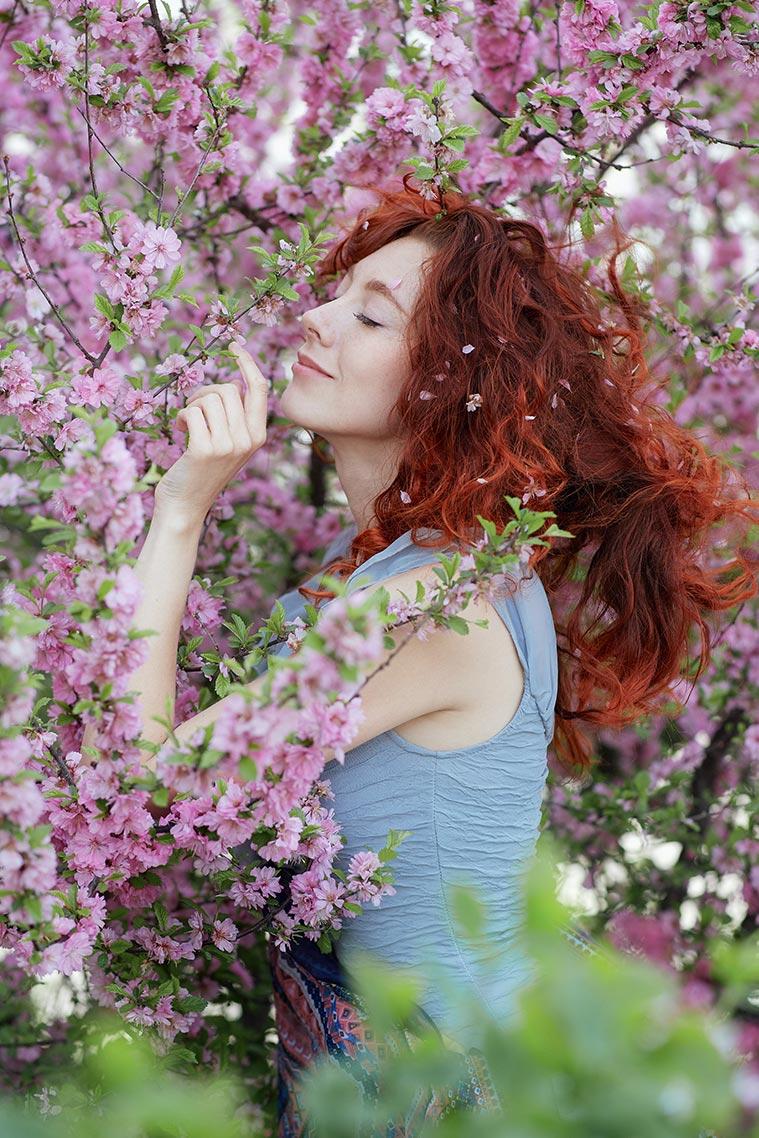 Пример позирования в цветущем лесу