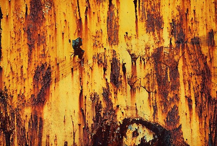 Ржавая металлическая текстура с оранжевой краской для дизайна и фотошопа