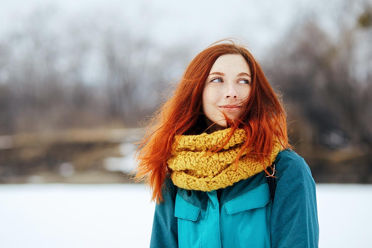 Зимняя фотосессия с рыжеволосой девушкой в голубом горнолыжном костюме
