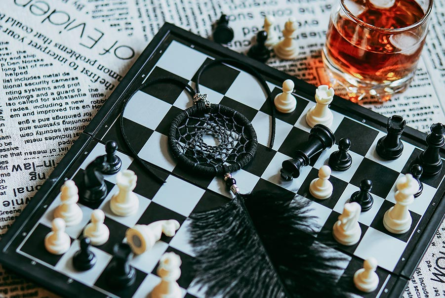 Стильный стоковый фон с шахматами и ловцом снов для дизайна сайта