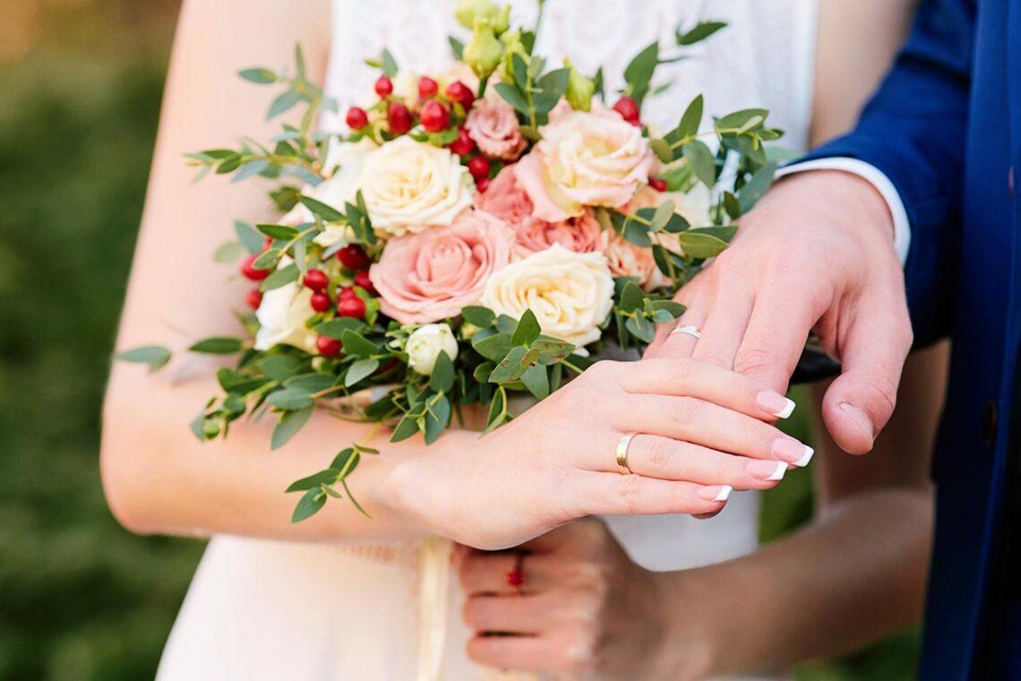Идея для фотосъёмки с букетом невесты, руками и кольцами