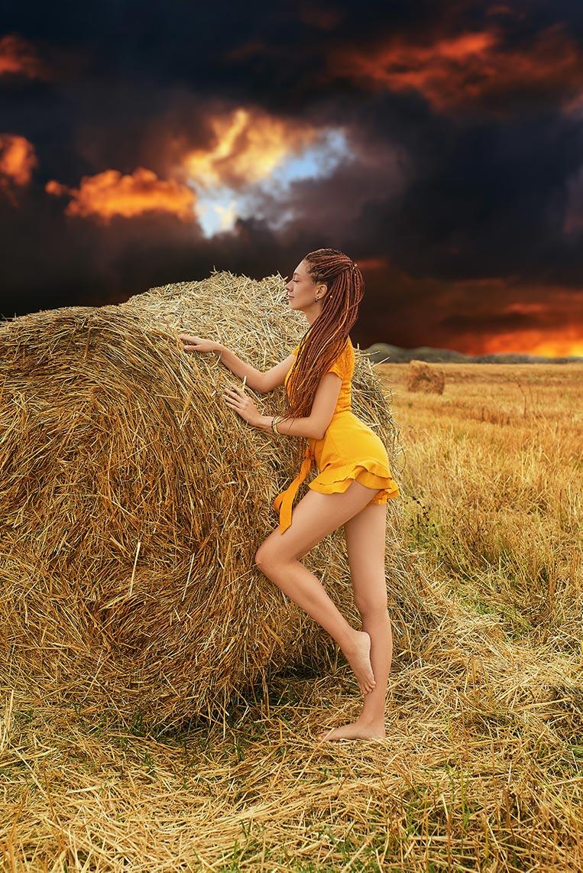 Осенняя фотосессия в Находке и Золотой Долине - идея позирования в стогах сена