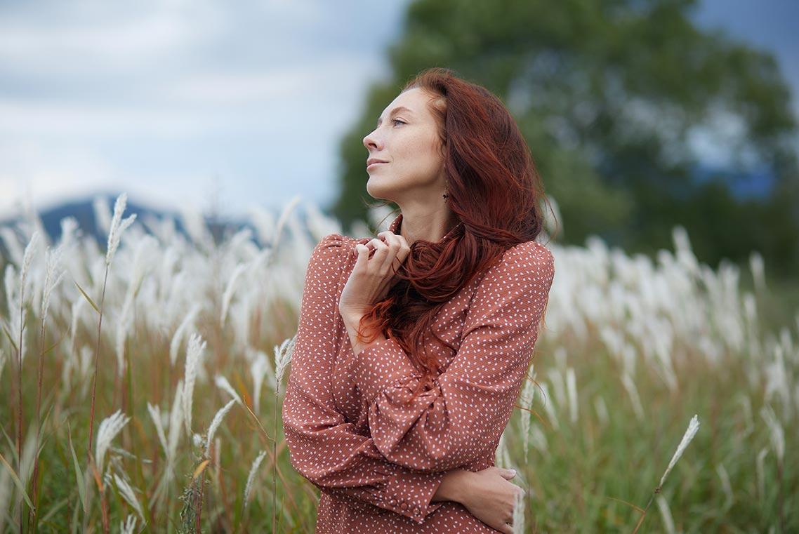 Позы для портретной фотосессии в поле (пример снимка с рыжеволосой девушкой)