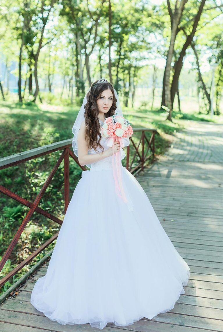 Свадебная съёмка с невестой на мосту во Владивостоке