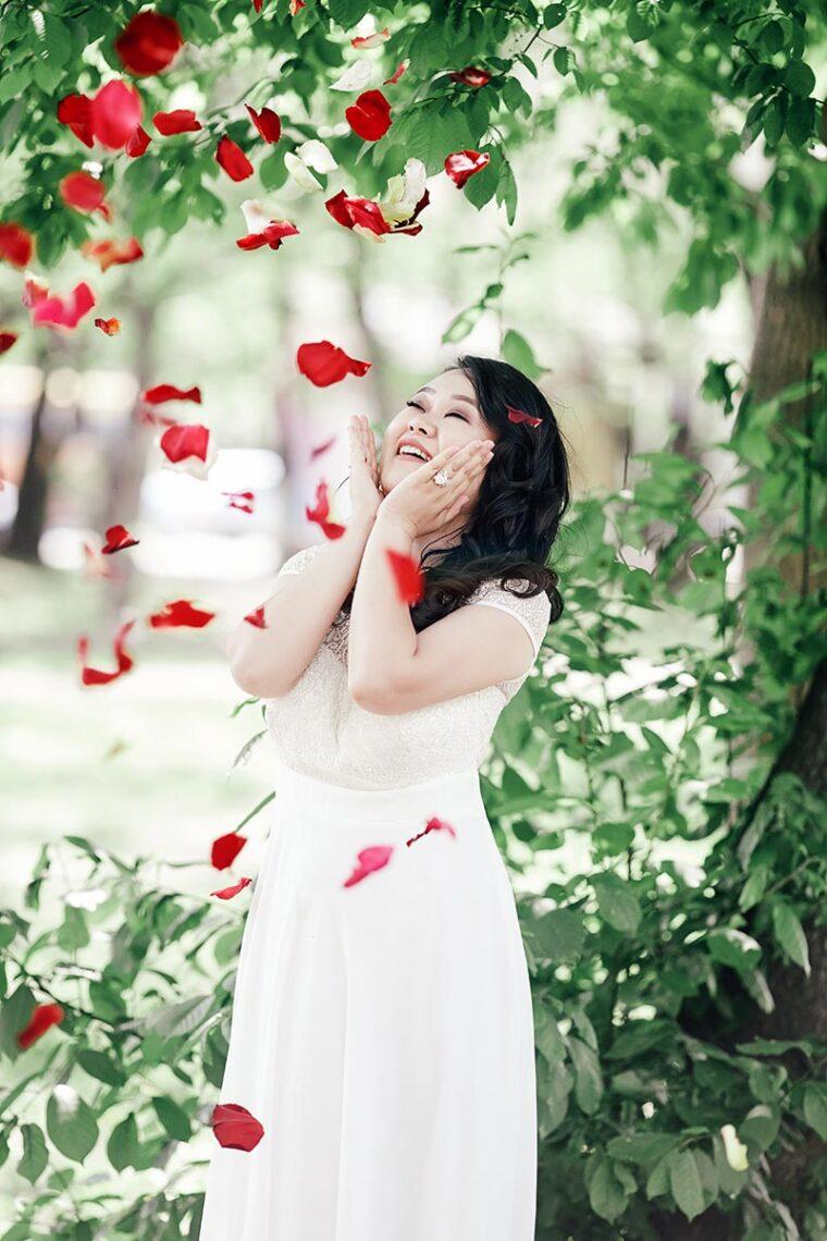 Свадебная фотосессия с лепестками роз на улице в Находке