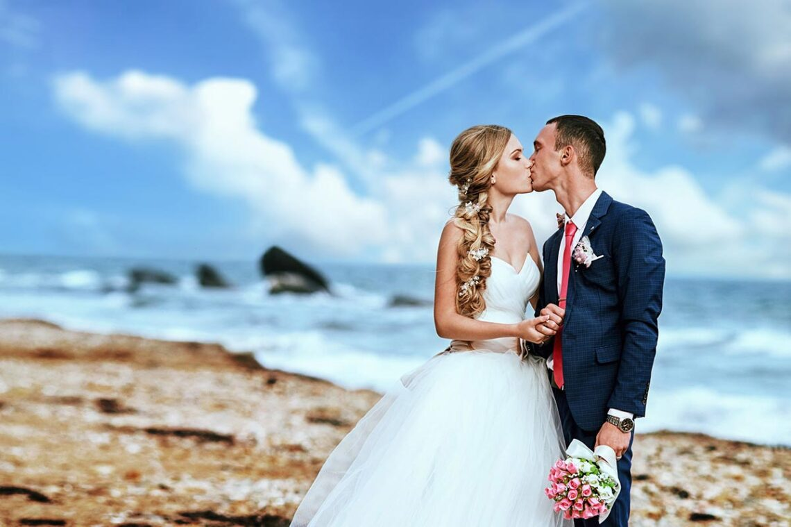 Свадебный фотограф Находка | целующаяся пара у моря
