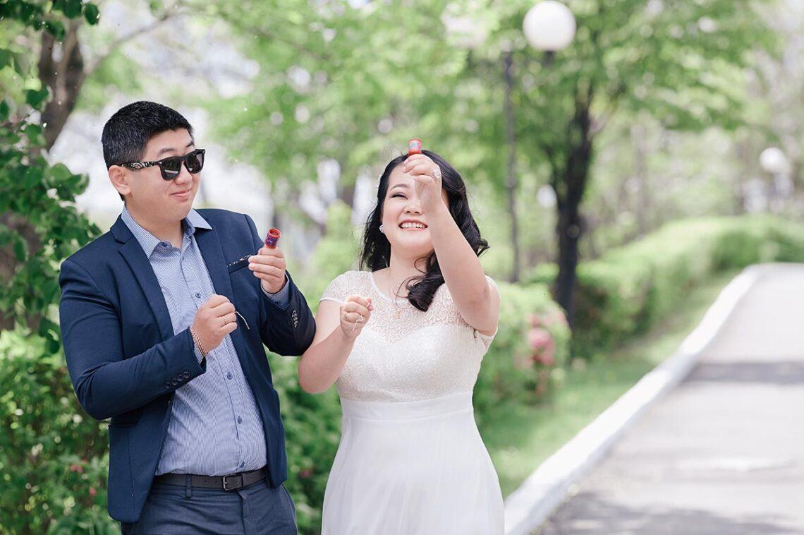 Съёмка со смеющейся парой в Находке - пример весёлой бюджетной фотосессии